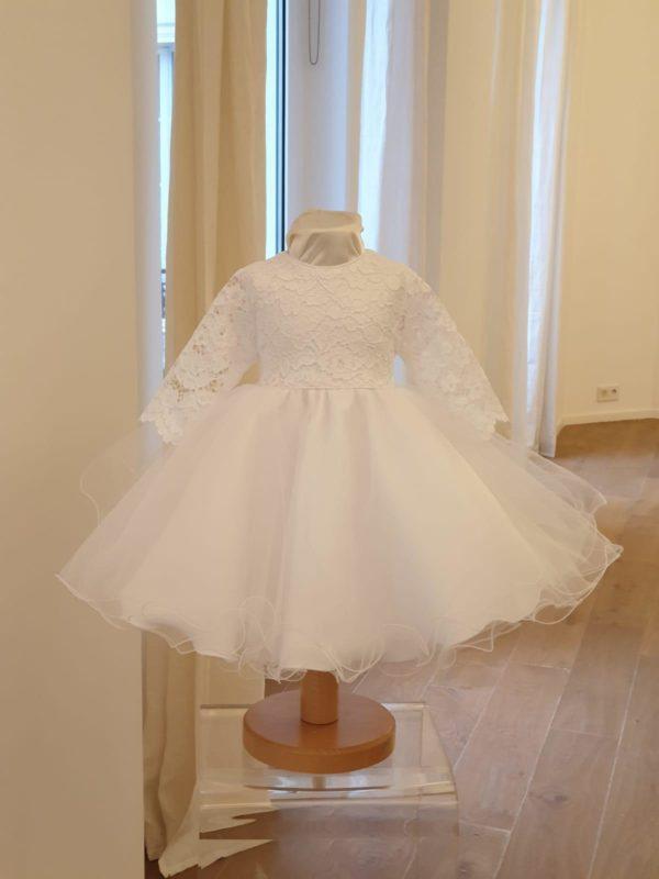 Robe Chloé blanche 135 euro robe de bapteme en tulle blanc doublée coton le haut est en dentelle avec manche transparente cette robe est fabriquée en France dans notre atelier parisien